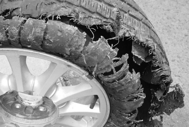 φθαρμένο - κατεστραμμένο ελαστικό αυτοκινήτου