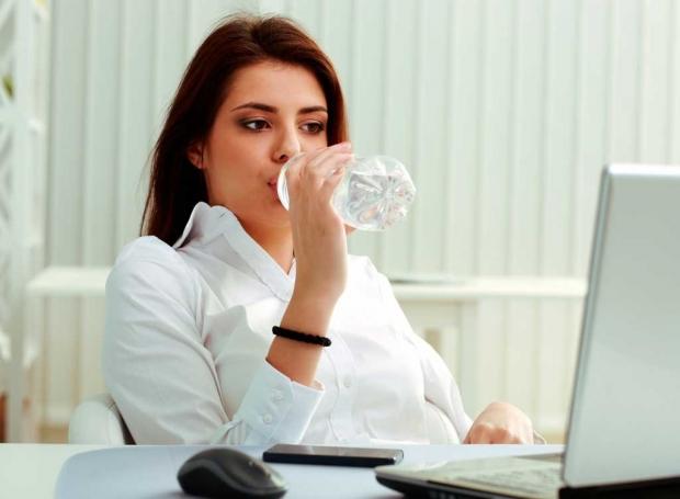 πρέπει να πίνουμε νερό καθιστοί