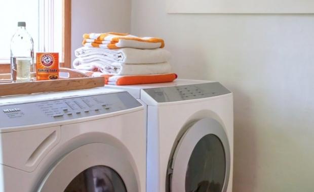 διατηρείτε το εξωτερικό της συσκευής του πλυντηρίου καθαρό