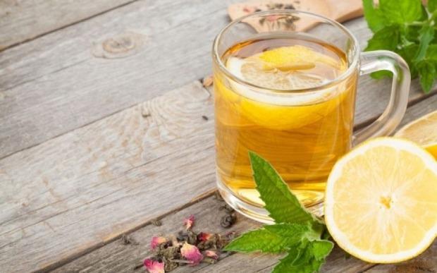 αδυνατίζει το χλιαρό νερό με λεμόνι;