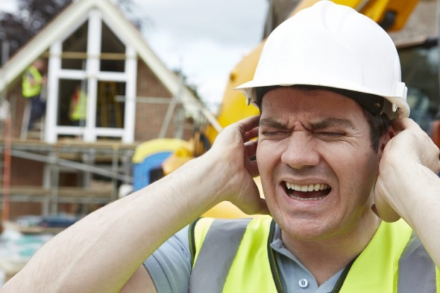 να χρησιμοποιούμε πάντα ατομικά μέσα προστασίας της ακοής μας
