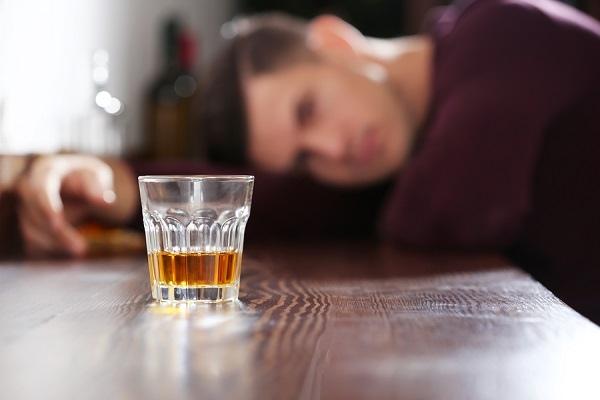 το αλκοόλ πριν τον ύπνο μπορεί αντί να σας χαλαρώσει να σας ξυπνήσει ή να οδηγήσει σε διακοπτόμενο ύπνο