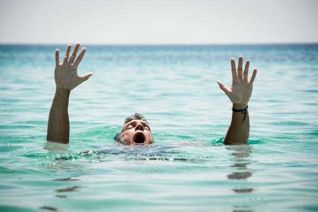 τι να κάνω αν κάποιος πνίγεται στη θάλασσα