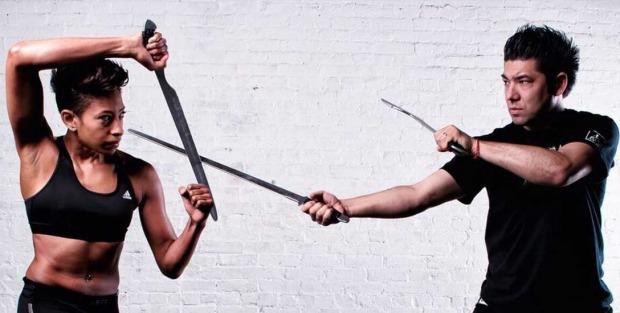 ορισμένες πολεμικές τέχνες χρησιμοποιούν και διάφορα όπλα όπως για παράδειγμα κοντάρια, σίδερα, μαχαίρια κλπ.