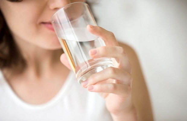 πιείτε ένα ποτήρι νερό μόλις σηκωθείτε από το κρεβάτι