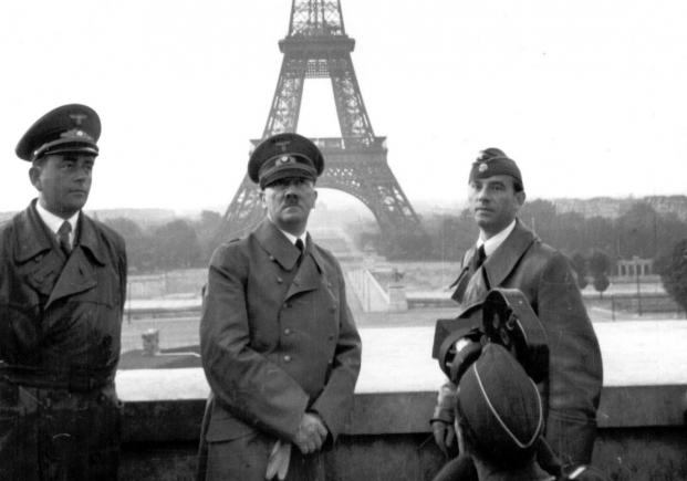 ο Χίτλερ φωτογραφίζεται με τον πύργο του Άιφελ από το Τροκαντερό