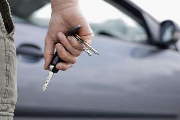 πάντα σβήνουμε την μηχανή και κλειδώνουμε τις πόρτες όταν βγαίνουμε από το αυτοκίνητο