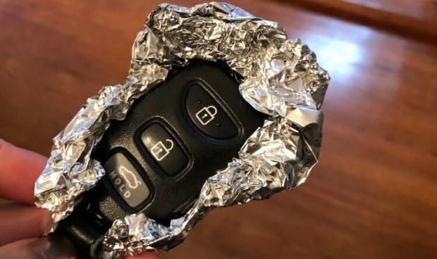 το κλειδί του αυτοκινήτου προστατεύεται από το αλουμινόχαρτο εμποδίζοντας τους επίδοξους κλέφτες