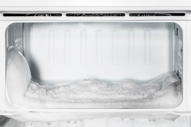 Να ξεπαγώνετε συχνά την κατάψυξη του ψυγείου σας αν θέλετε να κάνετε οικονομία στο ρεύμα
