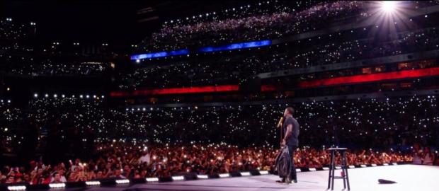 οι διασημοι κωμικοί stand-up στην Αμερική γεμίζουν τεράστια θέατρα ή ακόμη και ολόκληρα στάδια