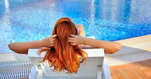 Το χλώριο της πισίνας και το αλάτι της θάλασσας βλάπτει σοβαρά το χρώμα των μαλλιών μας και ιδίως το κόκκινο