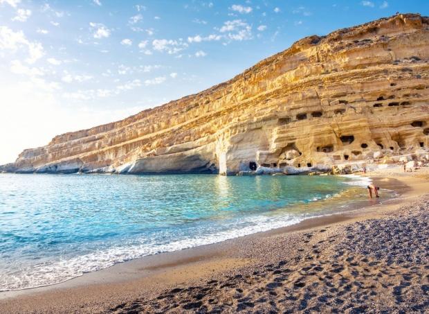 Η εντυπωσιακή παραλία με τις σπηλιές των Χίπηδων στα Μάταλα