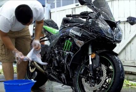 πλένουμε τη μηχανή με σφουγγάρι