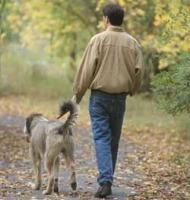 Άντρας βγάζει βόλτα τον σκύλο