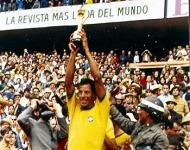 Ο αρχηγός της εθνικής Βραζιλίας με το κύπελλο το 1970