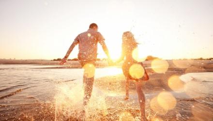 ζευγάρι τρέχει στην παραλία