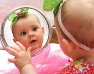 κοριτσάκι κοιτάζεται στον καθρέφτη