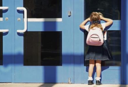 Παιδί έξω από το σχολείο