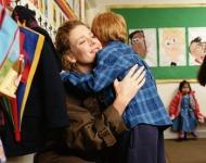 μαμά αγκαλιάζει το παιδί στο σχολείο