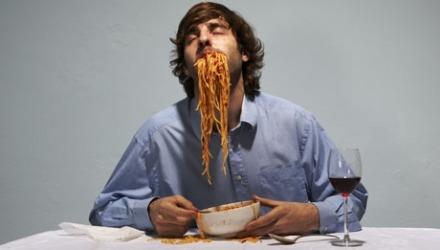 άντρας τρώει γρήγορα σπαγγέτι