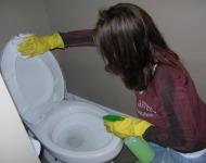 γυναίκα καθαρίζει τουαλέτα