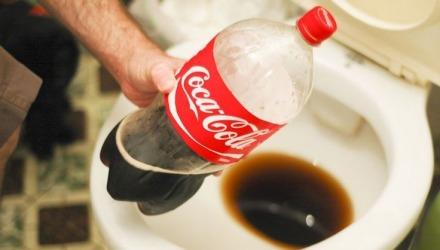 καθάρισμα λεκάνης με coca cola