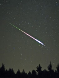 διάττων αστέρας μέσα σε βροχή αστεριών