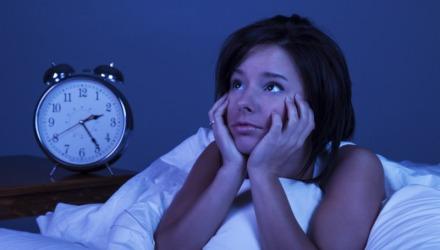 η αϋπνία είναι ένα από τα συμπτώματα της νυχτερινής υπερφαγίας
