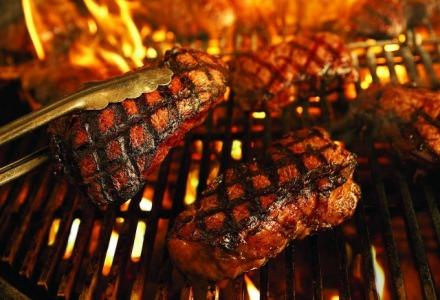 Την Τσικνοπέμπτη τρώμε ψητά κρέατα