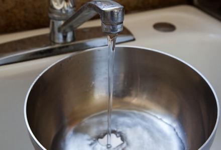 βάζουμε νερό στην κατσαρόλα για να μην κολλήσει το γάλα