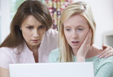 οι γονείς πρέπει να συμβουλεύουν τα παιδιά για τους κινδύνους στο internet