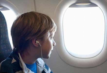 τα σκιάδια των παραθύρων παραμένουν ανοιχτά κατά την απογείωση και την προσγείωση