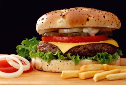 η μείωση των γευμάτων οδηγεί σε ανθυγιεινή διατροφή