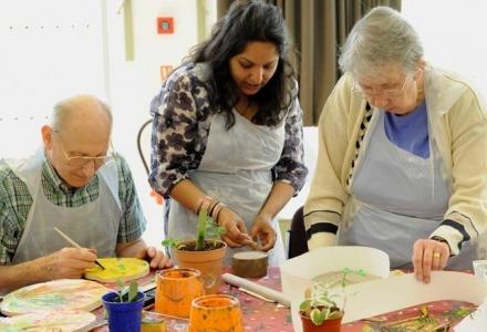 οι δραστηριότητες βοηθούν τα άτομα που πάσχουν από αλτσχάιμερ