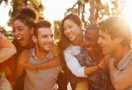 βγες με φίλους για να είσαι ευτυχιαμένος