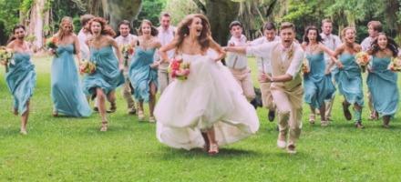 φίλες κυνηγούν τη νύφη για να πάρουν λουλούδι ή κομμάτι από το νυφικό