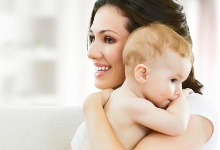 χτύπημα στην πλάτη για να ρευτεί το μωρό
