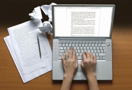 φοιτητής γράφει πτυχιακή