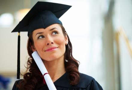 φοιτήτρια με δίπλωμα