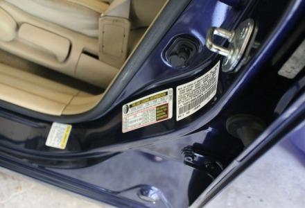 η σωστή πίεση των ελαστικών υπάρχει στο πινακάκι δίπλα ή πάνω στην πόρτα