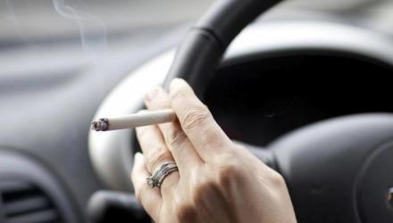 δεν καπνίζουμε μέσα στο αμάξι σε ταξίδι
