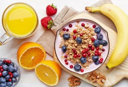 ένα μπολ γιαούρτι με φρούτα και ξηρούς καρπούς θα σας κρατήσει