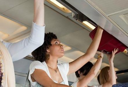 οι χειραποσκευές πρέπει να χωράνε στα ντουλάπια του αεροπλάνου