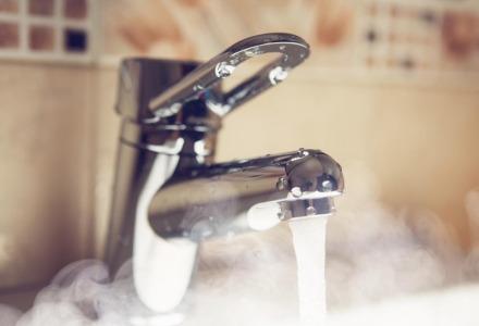 ρίξτε καυτό νερό μετά το πλύσιμο των πιάτων
