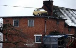 αυτοκίνητο σε στέγη σπιτιού